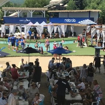 Des retraités de Chartwell en mode «beach party» au Beachclub